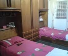 quarto de solteiro com duas camas 1