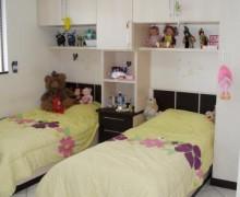 quarto de solteiro com duas camas 2