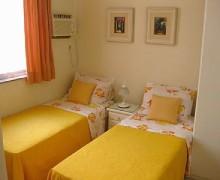 quarto de solteiro com duas camas 4