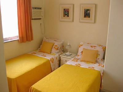 quarto de solteiro com duas camas