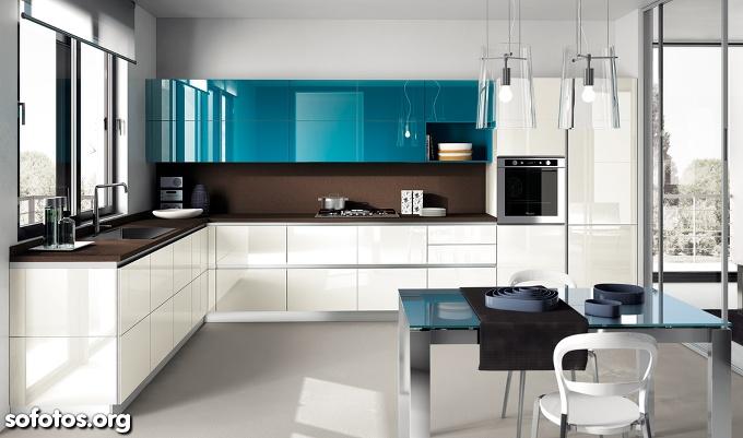 Cozinha planejada com mesa